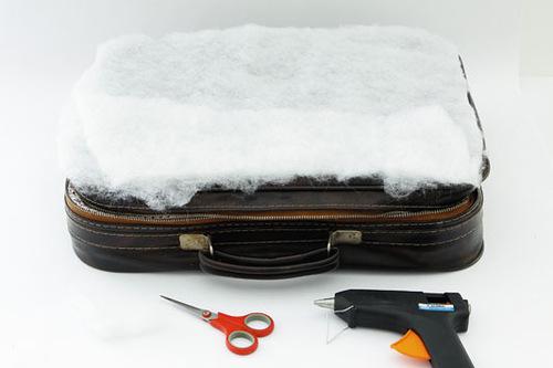 Лежанка из старого чемодана своими руками